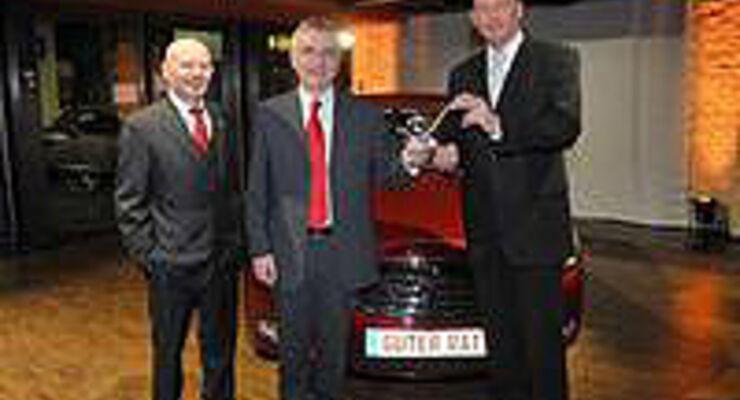 """Bundesverkehrsminister Wolfgang Tiefensee (rechts) und Werner Zedler, Chefredakteur des Magazins """"Guter Rat"""" (links) gratulieren Opel-Chef Hans Demant zum begehrten Leserpreis """"Auto der Vernunft"""" für den neuen Opel Insignia"""
