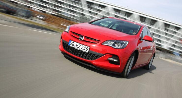 Der Opel Astra Sports Tourer 2.0 CDTI BiTurbo von vorne links