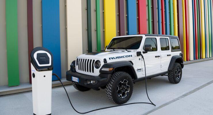 Jeep Wrangler 4xe 2021, Plug-in-Hybrid, laden, Ladesäule